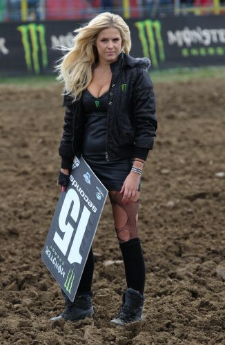Grid girl do Mundial de motocross esbanja sensualidade com sua meia rasgada. A loira  responsvel pelas plaquinhas que sinalizam a largada para os competidores.