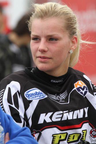 No Mundial de motocross, até as competidoras atraem os olhares masculinos. A competição tem uma categoria exclusiva das meninas.