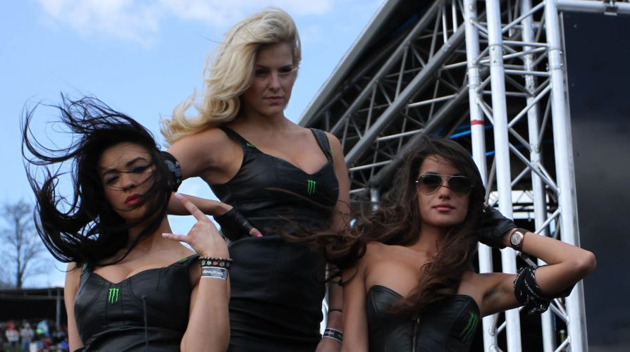 Modelos fazem pose de malvadas para as câmeras. As belas atraíram os olhares masculinos no Mundial de motocross, na Bulgária, como grid girls.