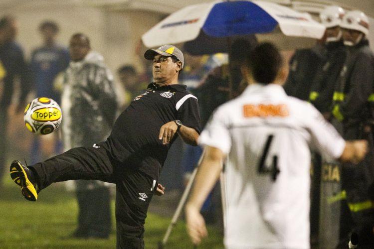 Demonstrando que ainda tem habilidade, o ex-jogador e técnico Muricy Ramalho tenta dominar uma bola na beira do gramado. O treinador estreou no Santos com o empate por 0 a 0 com o Americana, pelo Paulistão.