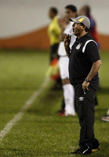 Muricy Ramalho orienta a equipe do Santos em sua estreia. O time alvinegro sofreu para empatar por 0 a 0 com o Americana, pelo Paulista.