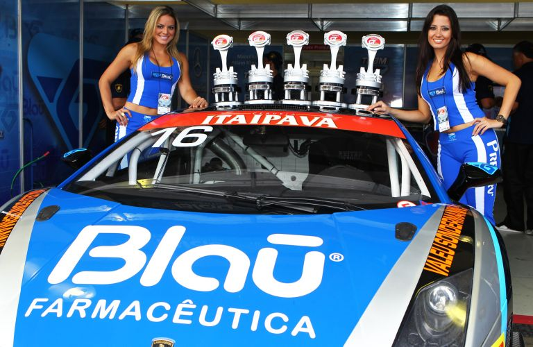 Grid Girls posam para fotos com os trofus da primeira etapa da GT3 nos boxes da Blau Motorsport