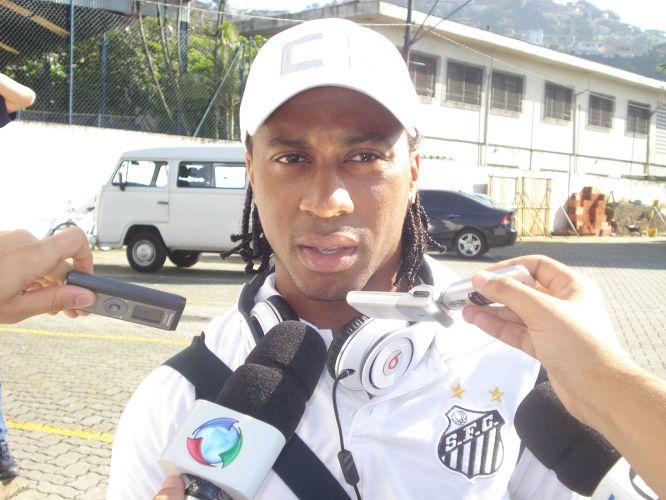 Arouca concede entrevista no embarque do Santos rumo ao Paraguai, onde na quinta-feira a equipe enfrenta o Cerro Porteño pela fase de grupos da Libertadores