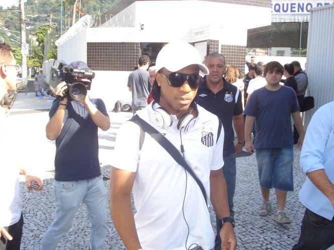 Arouca chega ao CT Rei Pelé e e inicia viagem rumo ao Paraguai, onde na quinta-feira o Santos enfrenta o Cerro Porteño pela fase de grupos da Libertadores