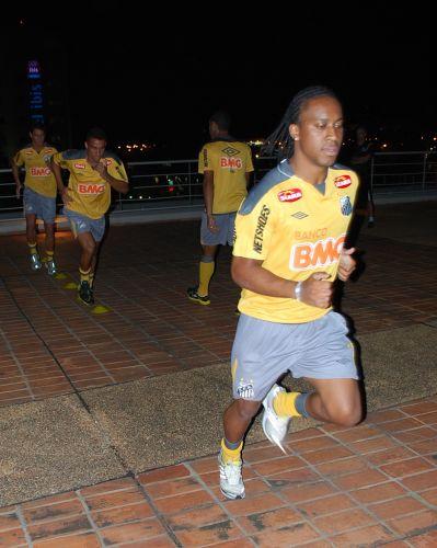 Arouca puxa a fila em treino físico improvisado pelo Santos no hotel em que a equipe está hospedada no Paraguai, onde atua pela Libertadores na quinta-feira
