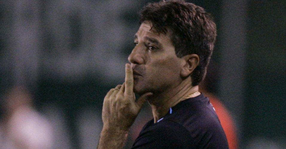 Renato Gaúcho observa time do Grêmio na derrota por 3 a 0 para o Oriente Petrolero no encerramento do grupo 2 da Libertadores