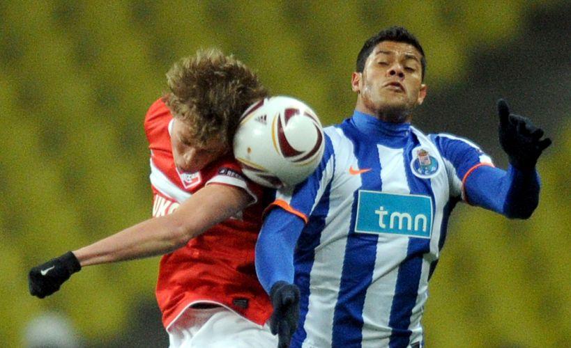 Hulk disputa bola; jogador brasileiro anotou o primeiro dos gols do Porto, que fez 5 a 2 no Spartak