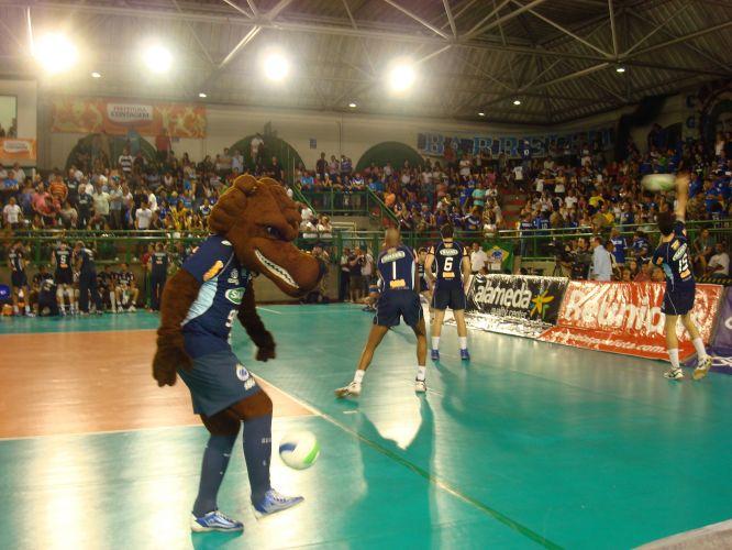 Mascote do Cruzeiro bate bola antes da partida em que o Cruzeiro venceu o Vôlei Futuro e avançou à final da Superliga