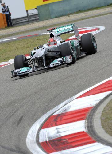 Michael Schumacher conduz sua Mercedes pelo circuito de Xangai. Piloto alemão não conseguiu superar o Q2 e largará em 14º no GP da China