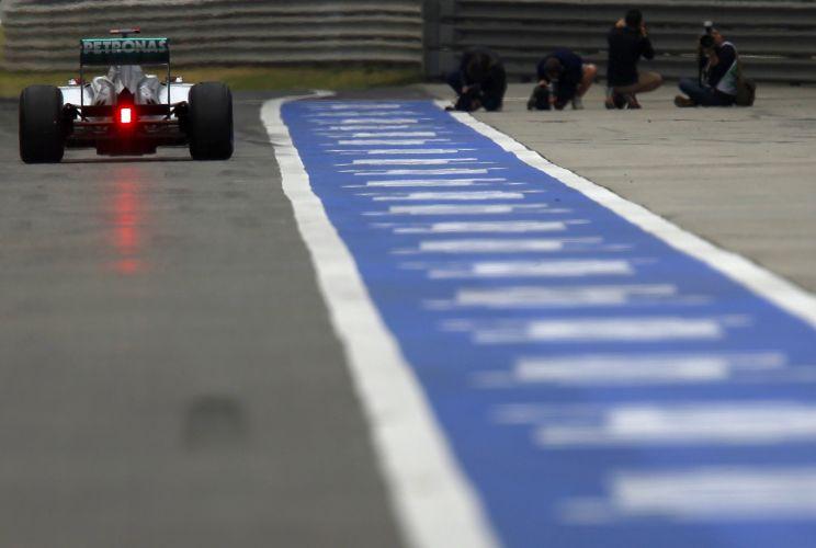 Michael Schumacher se prepara para iniciar sua participação no treino de classificação para o GP da China. Piloto da Mercedes não conseguiu passar pelo Q2 e largará em 14º