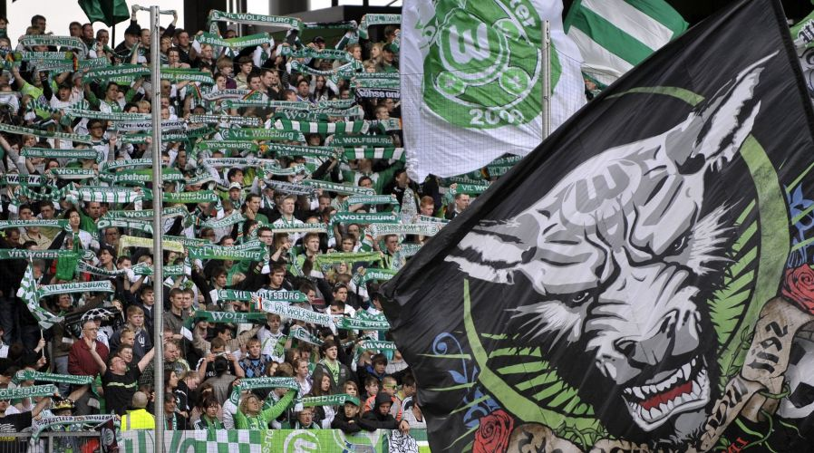 Torcida do Wolfsburg faz a festa em partida neste sbado pelo Alemo
