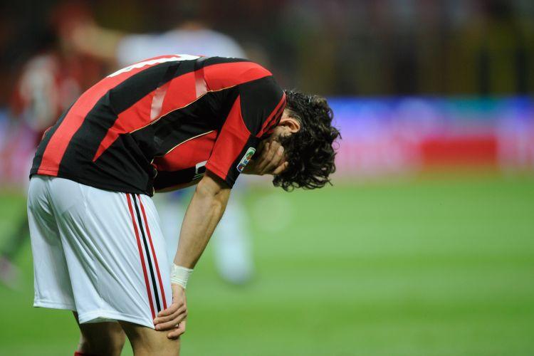 Pato sente lesão; jogador teve que deixar o campo ainda no primeiro tempo da partida do Milan