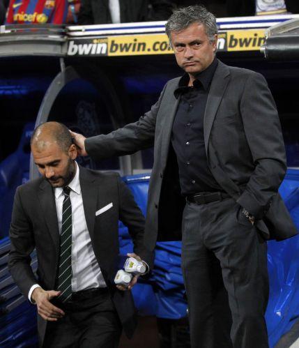 Mourinho cumprimenta Guardiola antes do início do clássico entre Real Madrid e Barcelona