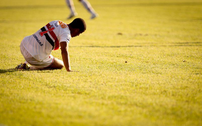 Lucas, do São Paulo, fica no chão durante a partida contra o Oeste