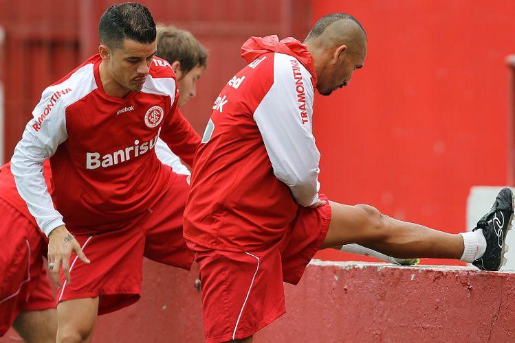 D'Alessandro e Guiñazu fazem alongamento durante treino do Internacional no Beira-Rio