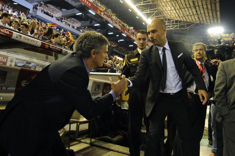 Técnicos José Mourinho e Guardiola dão as mãos antes do apito inicial do clássico