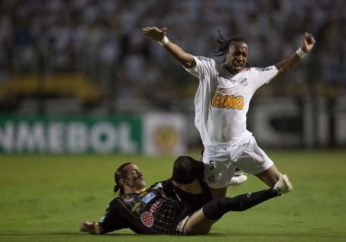 Arouca reclama de falta durante a partida entre Santos e Deportivo Táchira
