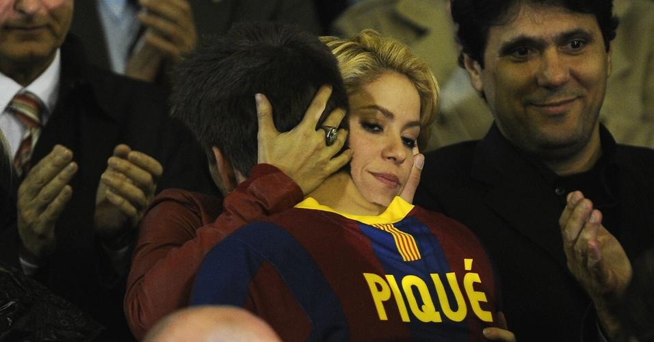 Shakira abraça namorado Gerard Piqué após derrota do Barcelona para Real Madrid