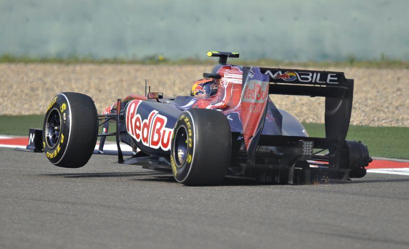 Pouco depois de fazer sua primeira parada no box, Jaime Alguersuari foi obrigado a abandonar o GP da China. Os mecânicos da Toro Rosso não colocaram de forma correta o pneu traseiro direito, que escapou