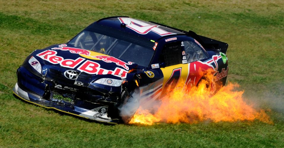 Carro de Kasey Kahne pega fogo em prova da Nascar em Talladega