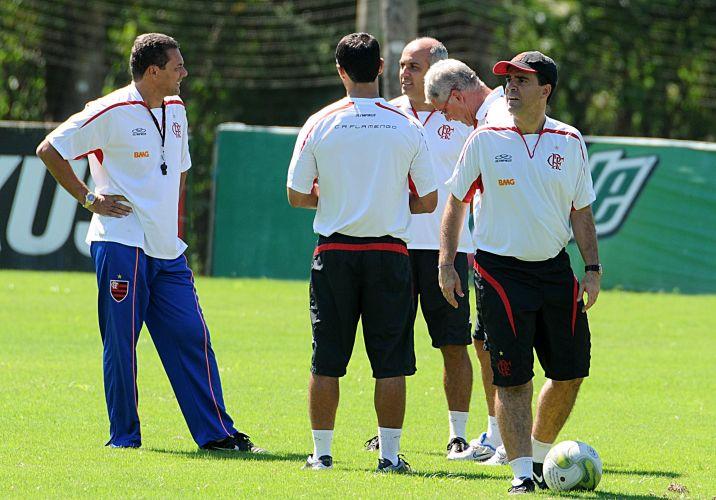Vanderlei Luxemburgo conversa com sua comissão técnica no treinamento do Flamengo nesta sexta-feira. O técnico não contou com a presença de Ronaldinho Gaúcho.