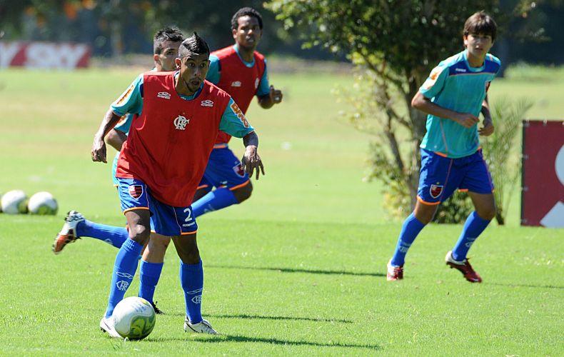 Léo Moura faz careta no treino do Flamengo nesta sexta-feira. Vanderlei Luxemburgo não contou com Ronaldinho Gaúcho, e por isso teve de improvisar próximo do clássico com o Fluminense.