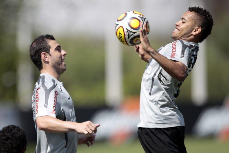 Bruno César e Dentinho brincam no treino do Corinthians desta sexta-feira. Tite já confirmou que a dupla será titular contra o Oeste, neste sábado, pelas quartas do Campeonato Paulista.