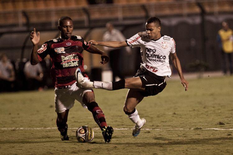 Dentinho bate para o gol com a perna esquerda, muito pressionado pela marcação do Oeste, nas quartas do Campeonato Paulista.