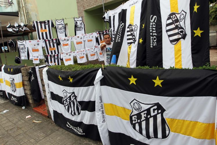 Torcedor exibe coleo de camisas e bandeiras do Santos nos arredores da Vila Belmiro, que recebe, neste sbado, a primeira quarta-de-final do Campeonato Paulista. O time praiano enfrenta a Ponte Preta, carrasca dos grandes.