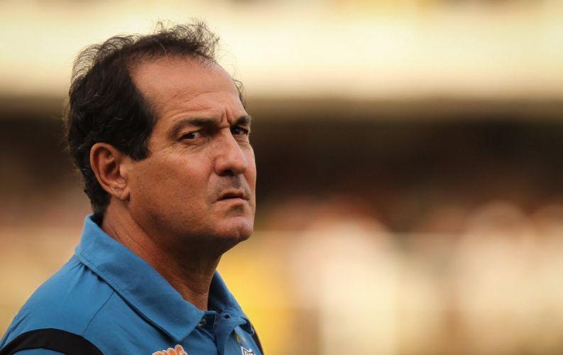Muricy Ramalho, com cara de poucos amigos, observa o jogo entre Santos e Ponte Preta, válido pelas quartas do Paulistão, na Vila Belmiro.