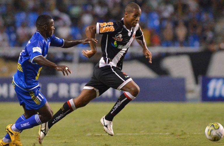 Dedé arranca contra a marcação do Olaria na semifinal da Taça Rio; Vasco vence com gol de Éder Luis e se garante na final