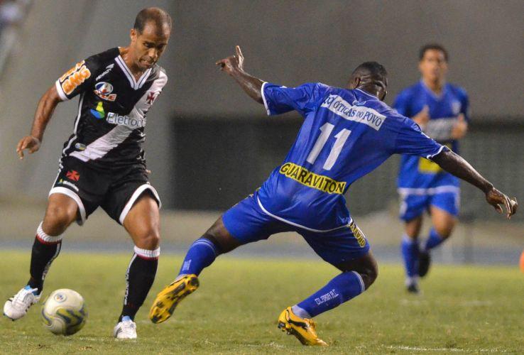 Felipe tenta passar pela marcação na partida do Vasco diante do Olaria pela semifinal; Vasco vence com gol de Éder Luis e se garante na final