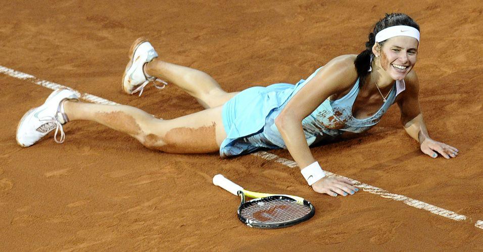 Alemã Julia Goerges, número 32 do mundo, rola no saibro para comemorar a vitória sobre a número 1 do mundo Caroline Wozniacki na decisão do Torneio de Stuttgart