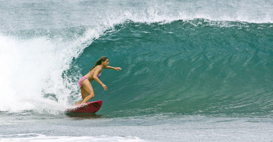 A musa em ação: dessa vez a carioca surfa uma onda pequenina...