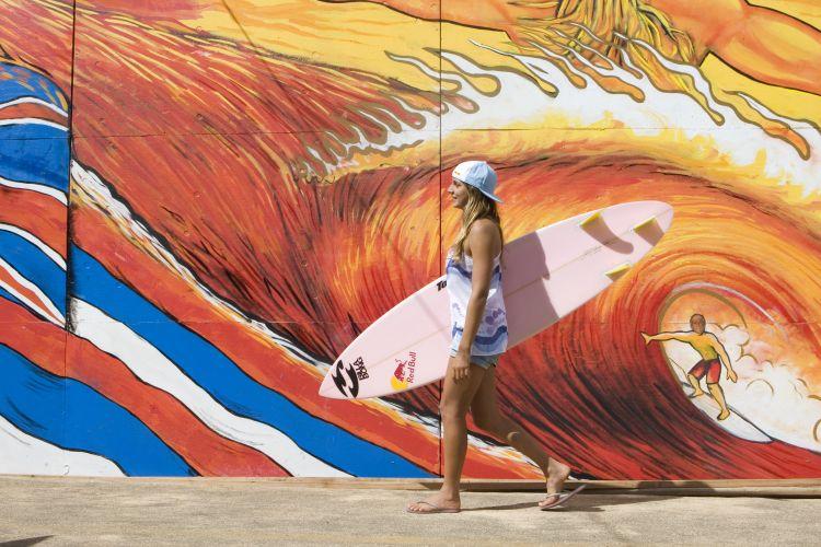Maya Gabeira é uma das poucas mulheres no ambiente bastante masculinizado do surfe de ondas gigantes