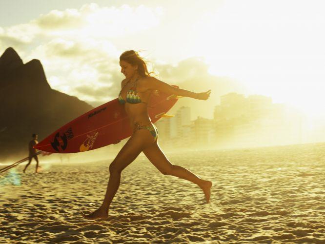A bela Maya Gabeira fica posa para foto na praia do Rio de Janeiro