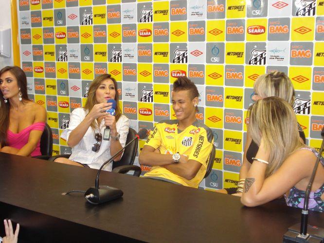 Neymar não segurou o riso com as brincadeiras de Sabrina Sato e as panicats Nicole Bahls, Juliana Salimeni e Dani Bolina