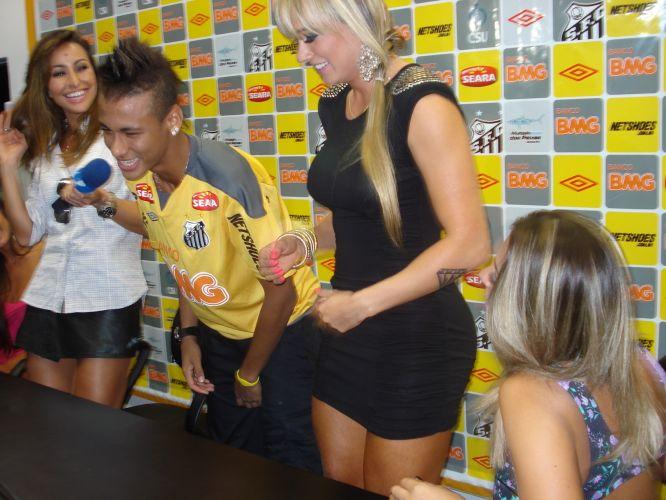 Em clima descontraído, Neymar conversou com Sabrina Sato e as panicats Nicole Bahls, Juliana Salimeni e Dani Bolina. Integrantes do Pânico na TV foram ao CT do Santos para gravar uma matéria na qual tentavam iniciar um