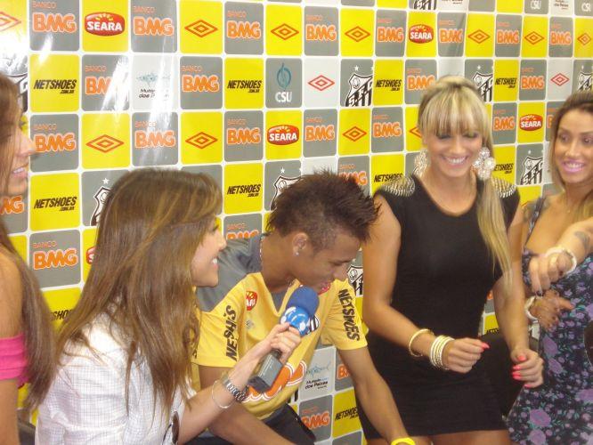 Em clima descontraído, o atacante Neymar dança ao lado de Sabrina Sato e as panicats Nicole Bahls, Juliana Salimeni e Dani Bolina. Jogador foi alvo de brincadeiras das integrantes do programa Pânico na TV, que tentaram iniciar um