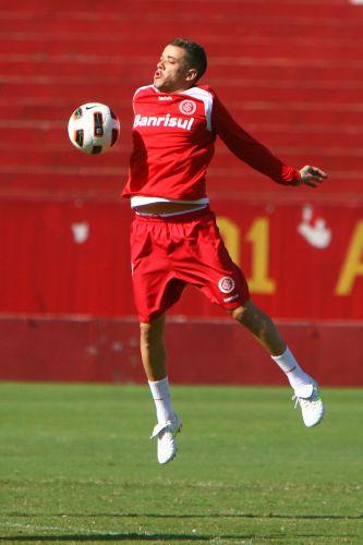 D'Alessandro salta para tentar dominar a bola durante treino realizado pelo Internacional nesta terça-feira. Time se prepara para a partida desta quinta contra o Peñarol, no duelo de ida das oitavas de final da Libertadores
