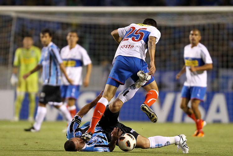Fábio Rochemback é pisoteado por Tomas Costa durante o duelo entre Grêmio e Universidad Católica