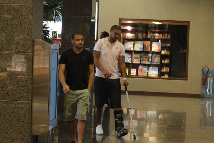 Adriano operou no dia 20 de abril e, nesta quarta-feira, foi visto passeando em shopping na Barra da Tijuca