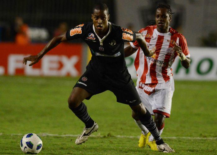 Dedé passa pela marcação do Náutico em segundo jogo das oitavas da Copa do Brasil