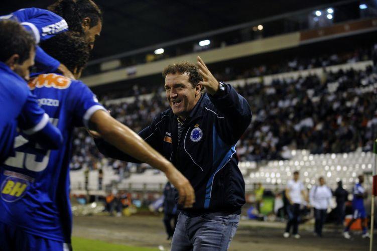 Técnico Cuca comemora o gol de Ortigoza para o Cruzeiro contra o Once Caldas