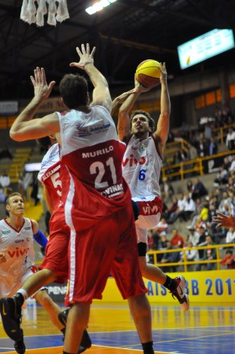 Frenando Penna arremessa para mais dois pontos de Franca. Equipe do interior paulista venceu São José e se classificou para a semifinal do NBB