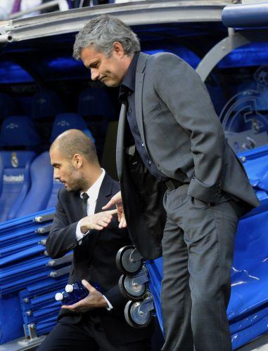 José Mourinho e Pep Guardiola se cumprimentam antes do clássico. Treinadores trocaram farpas nas entrevistas coletivas que antecederam a partida desta quarta-feira