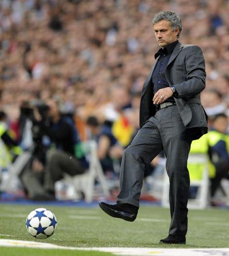 José Mourinho recoloca a bola em campo. Técnico português levou a melhor sobre o Barcelona com a vitória do Real Madrid na final da Copa do Rei, na semana passada