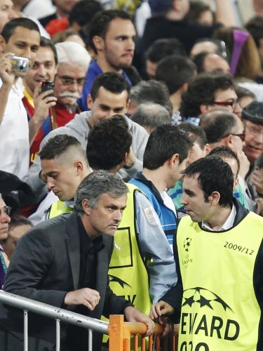 José Mourinho é expulso depois do cartão vermelho dado a Pepe e deixa o banco de reservas do Real Madrid para sentar entre os torcedores