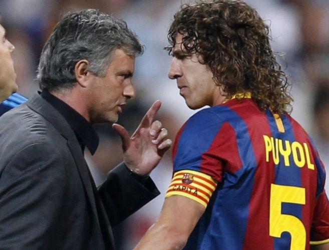 José Mourinho conversa com Puyol durante clássico espanhol. Treinador do Real Madrid acabou expulso da partida depois do cartão vermelho de Pepe
