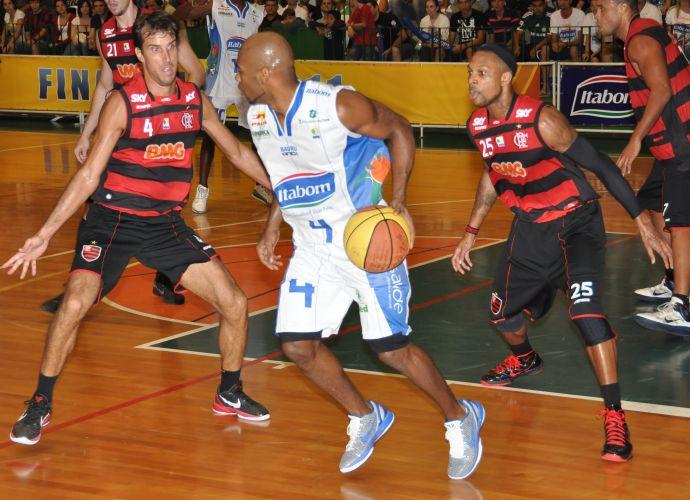 Larry Taylor arma ataque do Bauru no duelo contra o Flamengo
